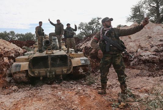 Поддерживаемые Турцией вооруженные бойцы сирийской оппозиции в Идлибе