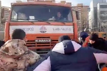Сотрудники строительной компании избили протестующих москвичей и депутатов