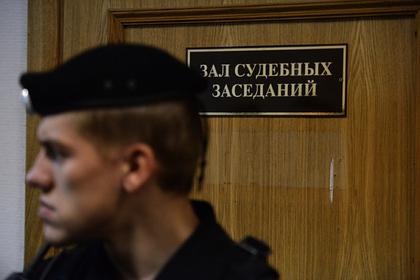 Подозреваемый в убийстве жены россиянин покончил с собой в суде