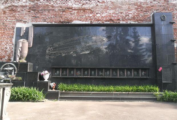Колумбарные плиты погибших аэронавтов на Новодевичьем кладбище