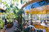 Между такими «ячейками», в которых и размещены рабочие места, разбиты сады и террасы — коворкинг просто утопает в зелени. Кстати, здание спроектировано Полом Уильямсом — первым признанным архитектором афроамериканского происхождения.