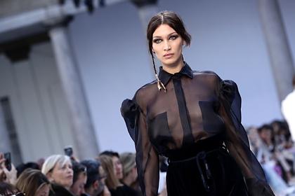 Самая красивая женщина в мире вышла на публику в просвечивающей грудь рубашке