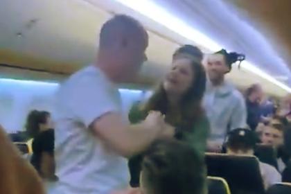 Пьяные пассажиры устроили на борту разборки со стюардессой и попали на видео