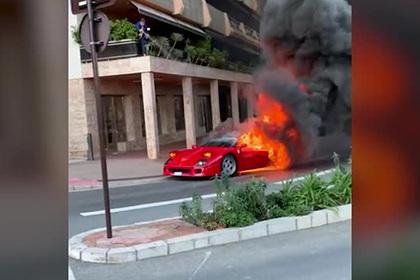 Мужчина хотел потушить с балкона полыхающую Ferrari и попал на видео