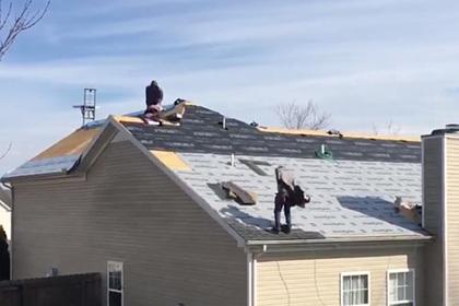 Рабочие перепутали дом и случайно сняли его крышу