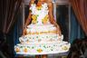 Итальянский модный дом Moschino превратил свое шоу в настоящий карнавал. Самые востребованные манекенщицы со всего мира прошли по подиуму в эпатажных костюмах — точных копиях многоярусных праздничных тортов или в объемных платьях из тысяч бутонов цветов.