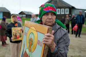 Жители деревни Кривой Наволок Республики Коми во время Крестного хода на реку Кер-ю в честь святой Параскевы Пятницы.