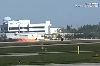 Частный самолет загорелся во время посадки в аэропорту и попал на видео