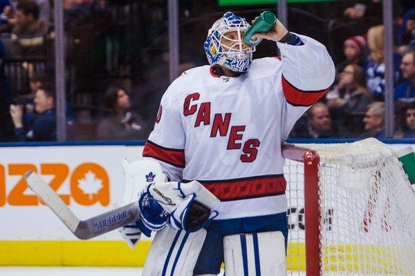 Заливщик льда встал в ворота в матче НХЛ и стал звездой