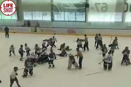 Юные российские хоккеисты устроили массовую драку