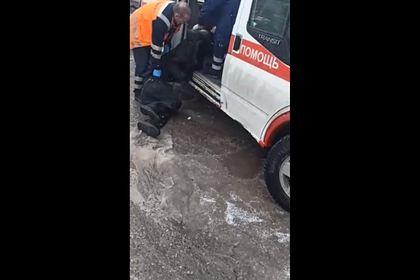 Российские врачи скорой помощи протащили пациента по грязи и попали на видео
