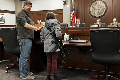 11-летняя американка пришла в парламент с заряженным автоматом