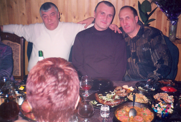 В центре — смотрящий за Читинской областью и Бурятией Георгий Углава (Тахи), слева — Федор Титов (Тит), справа — Олег Кривов, один из авторитетов российского преступного мира.