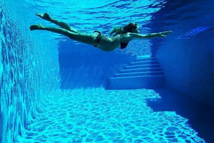 Чиновница предупредила о рисках забеременеть в бассейне