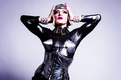 От объявившего себя трансгендерной женщиной певца отказались родители