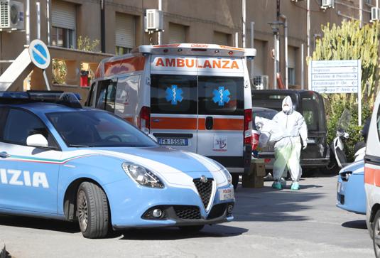 Посетители и сотрудники больницы в Палермо