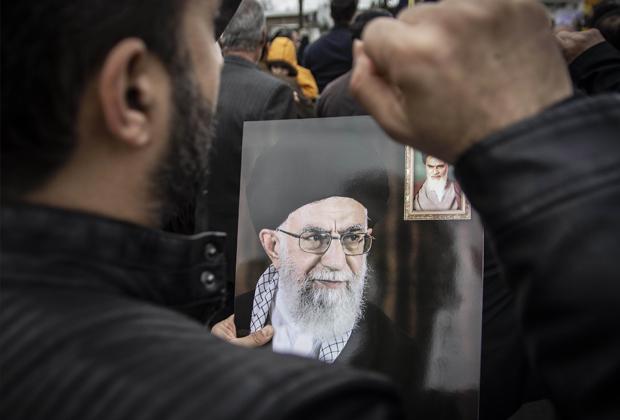 Протестующие в Иране с портретом Хаменеи в руках