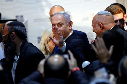 Нетаньяху отказался жать руки сторонникам и вынудил объясняться свою жену
