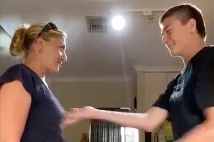 Подросток пошлепал мать по груди и запустил «самый отвратительный» челлендж