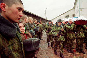 Солдаты выносят с места боя убитого бойца 6-й роты 104-го полка ВДВ РФ