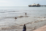 Брущ также исследовал, что Блэкпул может предложить отдыхающим. Расположенный на побережье на северо-западе страны, курорт дает возможность забыть о повседневности и окунуться в атмосферу развлечений и отдыха. Туриста здесь ждут пляжи и солнце, а также множество увеселительных заведений — баров, клубов и мест для азартных игр.