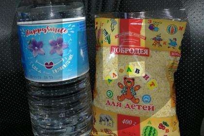 Российских отличников наградили макаронами и просроченным лимонадом