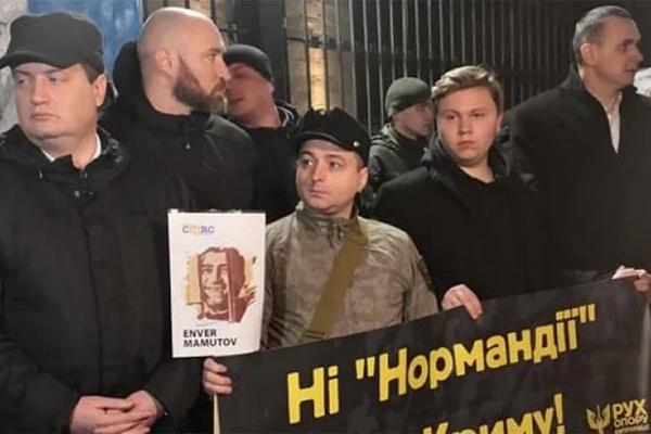 Посольство России в Киеве забросали лаптями