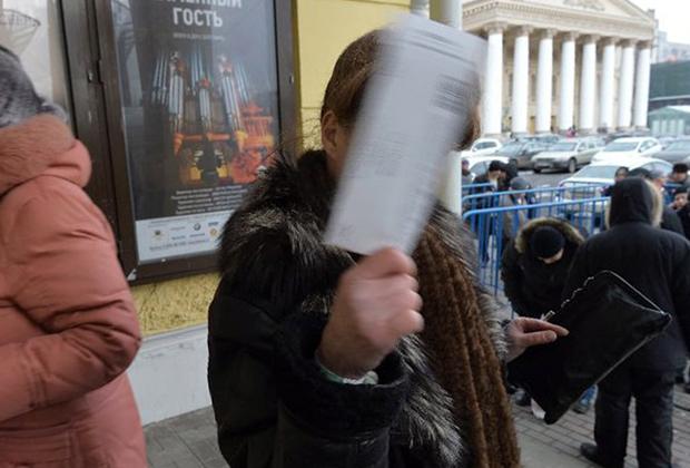 Очередь за билетами в Государственный академический Большой театр (ГАБТ) у касс ГАБТ.