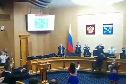 Зарядка с участием чирлидерш в правительстве Ленобласти попала на видео