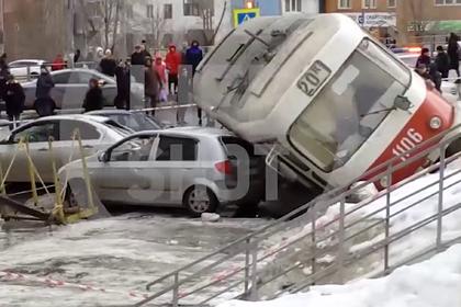 Трамвай на полной скорости сошел с рельсов и упал на машины в российском городе