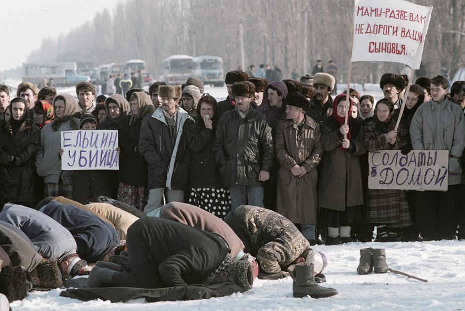 Жители Ингушетии проводят митинг против ввода войск в Чечню. 10 января 1995 года