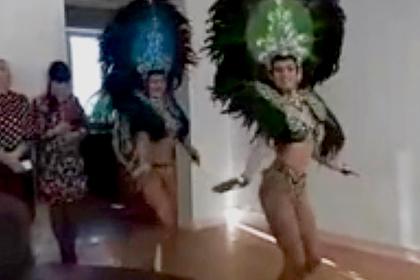 Российским чиновникам устроили 23 Февраля с полуголыми танцовщицами в перьях