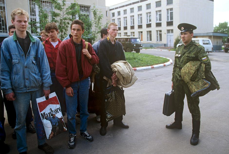 Новобранцы на призывном пункте, 1995 год