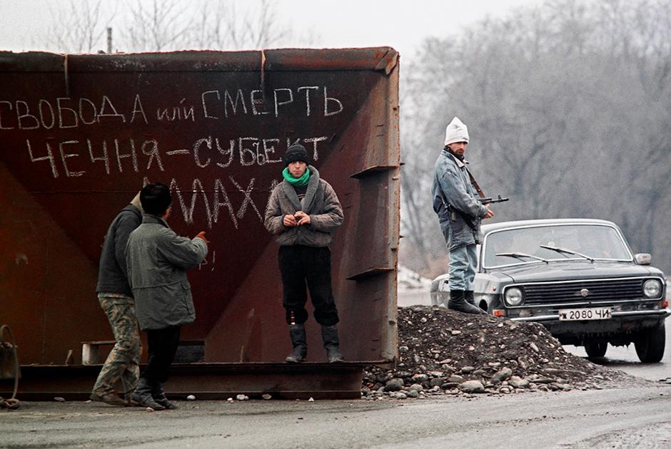 Жители Грозного на одной из улиц города в декабре 1994 года