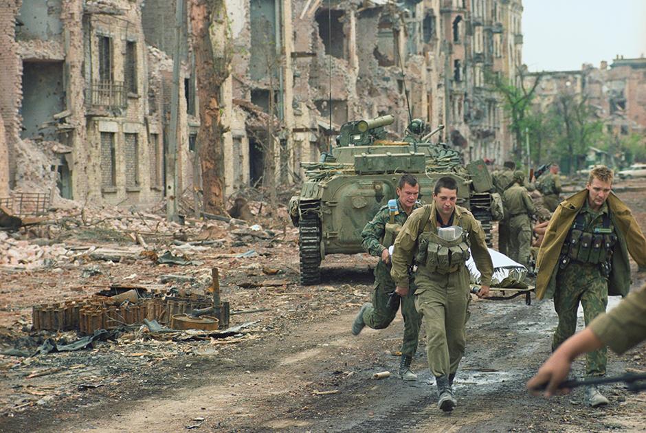 Боевые действия в Грозном, август 1996 года. Солдаты Федеральных войск Министерства обороны РФ у разрушенных зданий в центре города