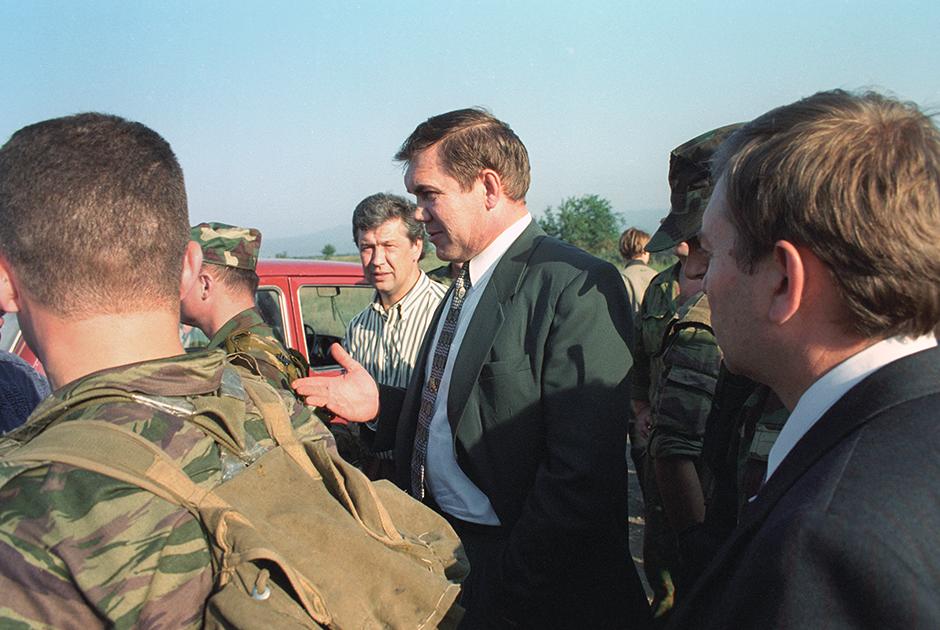 Секретарь Совета безопасности Александр Лебедь (в центре) прибыл в Чеченскую Республику для проведения переговоров о прекращении боевых действий и выводе российских войск из Грозного