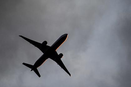 Вылетевший из Москвы российский самолет приготовился к экстренной посадке