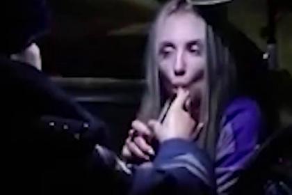 Эротично дующая в алкотестер россиянка попала на видео