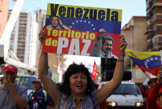 Сторонница президента Венесуэлы Николаса Мадуро на митинге