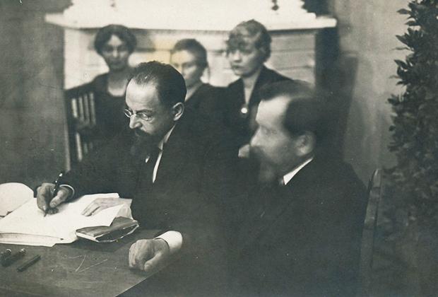 Глава советской делегации Адольф Иоффе подписывает Тартуский мирный договор