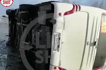 Автобус с детской футбольной командой опрокинулся в российском регионе
