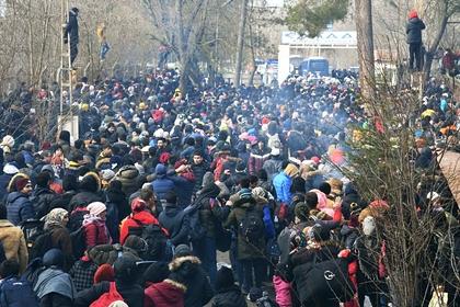 Сирийские беженцы у контрольно-пропускного пункта Пазаркуле (Pazarkule) на границе Турции и Греции