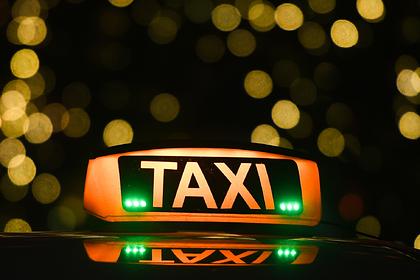 Российский таксист высадил пассажиров и уехал с их ребенком