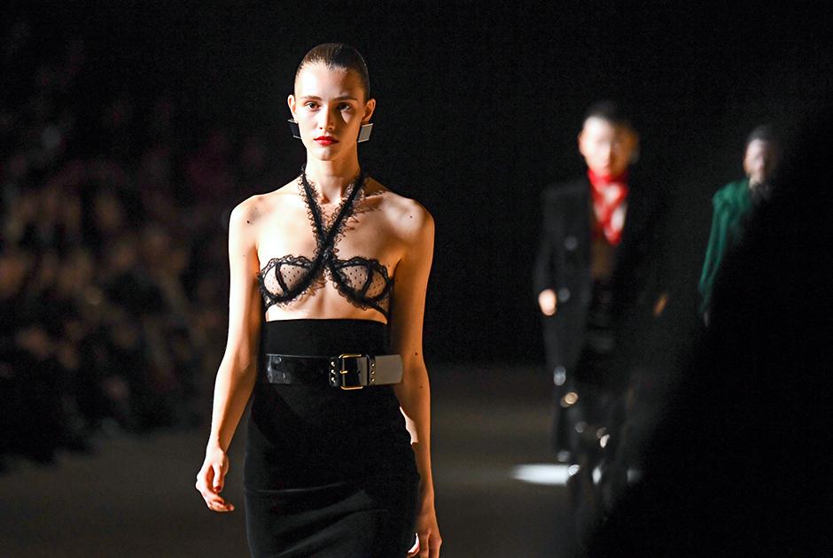 Дефиле украинской модели на показе Yves Saint Laurent