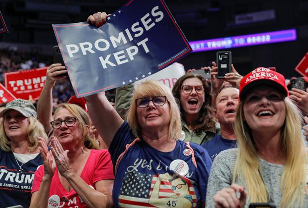 Сторонники Трампа с табличкой «Обещания выполняются»
