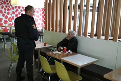 Росгвардия выгнала заплативших за обед в McDonald's бездомных