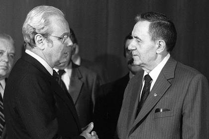 Министр иностранных дел СССР Андрей Громыко (справа) и генсек ООН Перес де Куэльяр (слева)