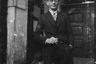 Портрет молодого человека с сигаретой у подъезда. Австрия в составе Третьего рейха после аншлюса в 1938 году.