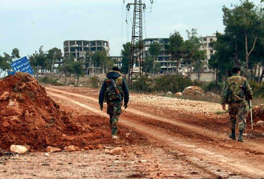 Солдаты армии президента Сирии Башара Асада патрулируют стратегическое шоссе M5