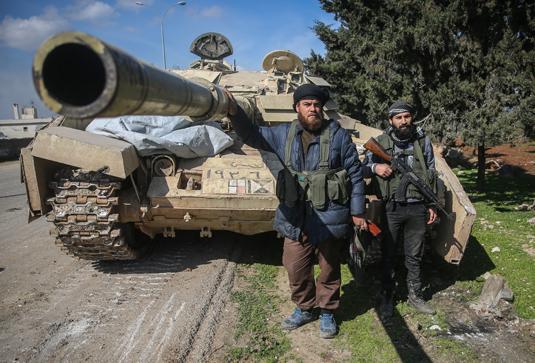 Боевики Свободной сирийской армии с захваченным танком правительственной армии в городе Саракиб 27 февраля